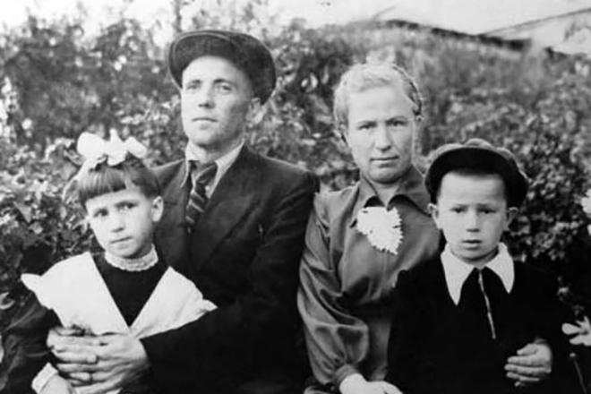 Рис. 5. Виктор Астафьев с женой и детьми